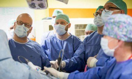 Nowatorska operacja raka odbytnicy – wycięcie z dojścia przez zwieracze