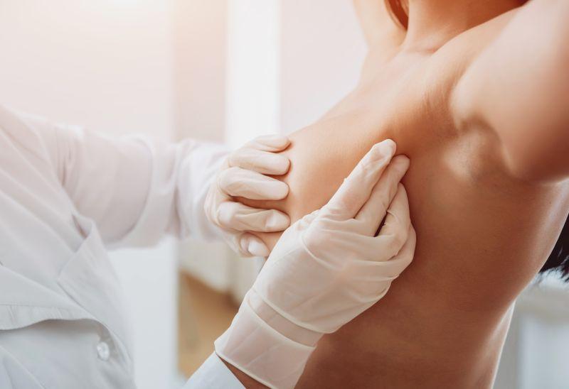 jak badać piersi